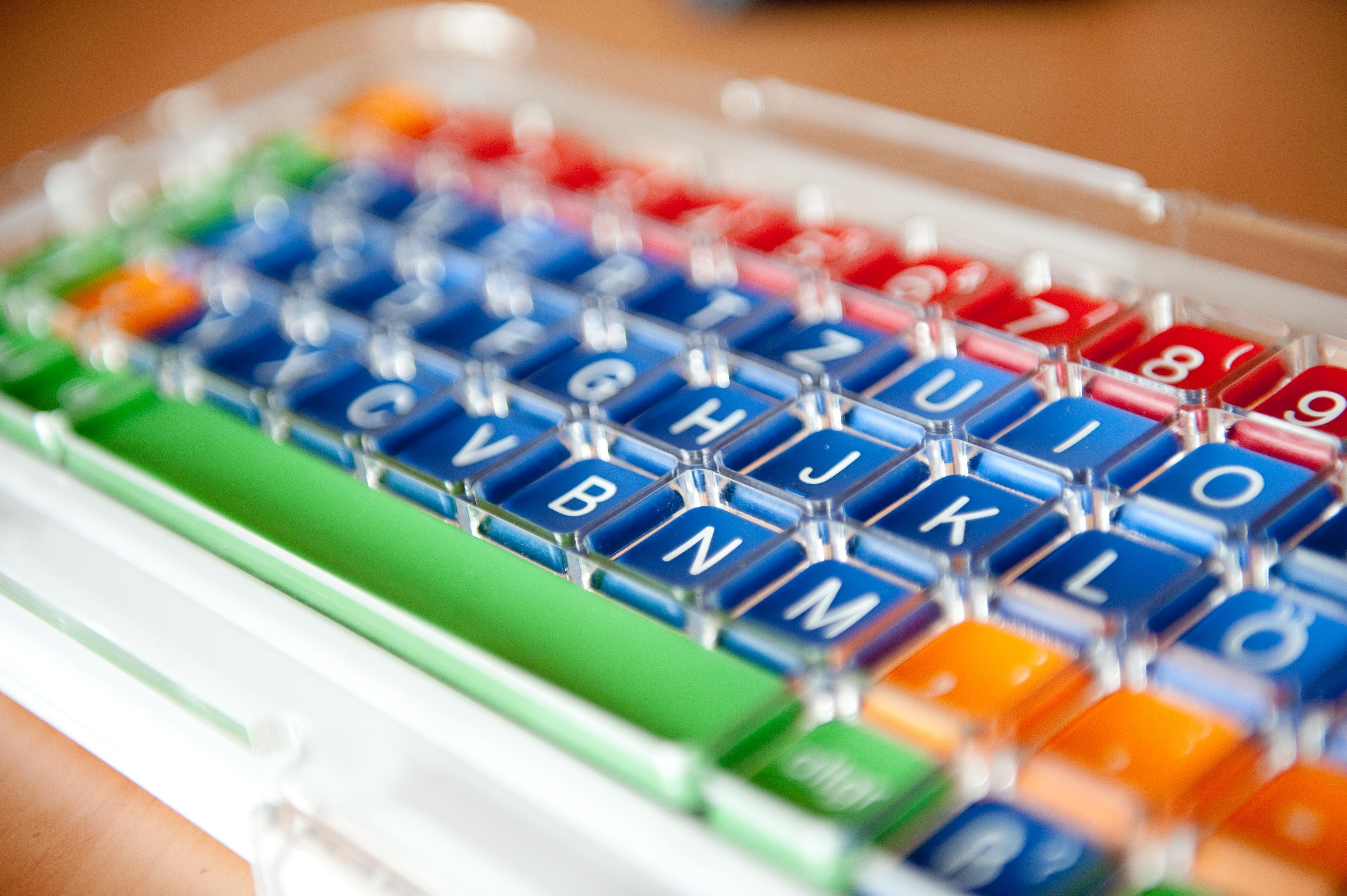 Computertastatur Mit Blauen, Grünen Und Roten Tasten