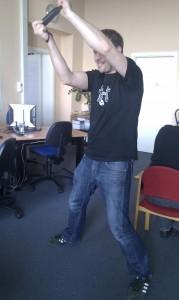 Mann spielt mit Wii-Spielkonsole
