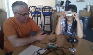 Zwei Personen testen Hardware