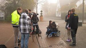 Schüler auf einer Straße und leichter Nebel im Hintergrund