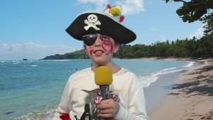 Ein Junge als Pirat verkleidet an einem Strand