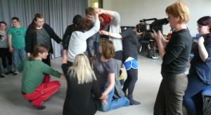 die Medientrainerin Beate filmt eine Tanzszene