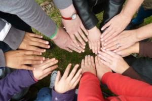 Hände der am Workshop teilnehmenden Kinder