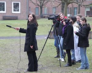 eine Gruppe von Mädchen mit einer Kamera und einem Mikrofon