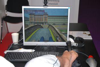 Mann steuert WheelSim mit Füßen