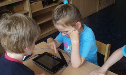 Kinder der IntegrationsKITA Hand in Hand nutzen unterstützende Technologien