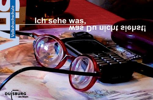 Cover der Projektbroschüre: Detailaufnahme einer dicken Brille vor Handy