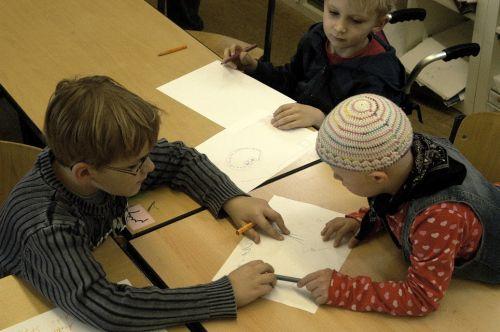 Kinder mit und ohne Behinderung lernen gemeinsam