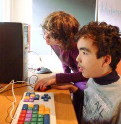 Junge arbeitet mit Lerntastatur am Computer
