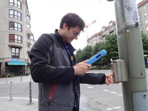 Person mit dem iPad an einer Ampel