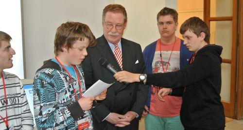 """Landtagsabgeordneter Philipp Graf von und zu Lerchenfeld steht den """"Radio sag' was!""""-Reportern Rede und Antwort. Die anschließende Begegnung mit dem bayerischen Ministerpräsidenten Horst Seehofer war für das Radioteam ein echtes Highlight. (Quelle: Franz Esterl)"""