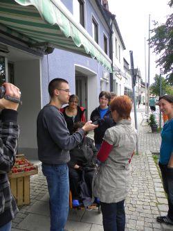 """Ein Team von """"Radio sag' was!"""" unterwegs in Mitterteich zur Straßenumfrage, Thema: """"Menschen mit Behinderung machen Radio. Wie finden Sie das?"""" (Quelle: Carl Prämaßing)"""
