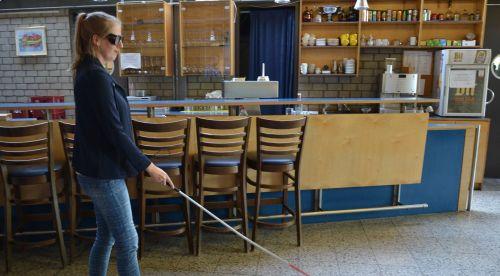 """WB-Teilnehmerin """"blind"""" mit Langstock"""