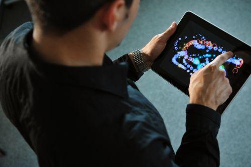 Junger Mann bedient Tablet