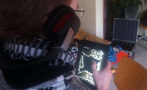 Teilnehmende des Workshops testen Audio-Games