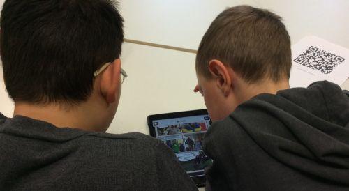 Zwei Jungen erstellen eine QR-Code-Rallye am iPad