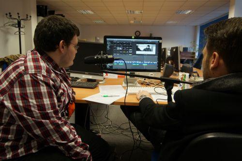 2 Teilnehmende eines Audiodeskriptions-Projekts bei der Ton-Bearbeitung