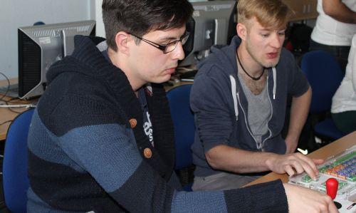 2 Studierende testen unterstützende Technologien bei barrierefrei kommunizieren! in Bonn