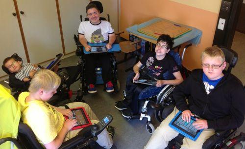 Schüler im Rollstuhl mit ihren iPad-Instrumenten