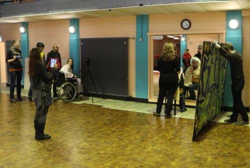 """Filmdreh: Einige Teilnehmende wurden durch Brillen, Rollstuhl, Kopfhörer behindert """"gemacht"""""""