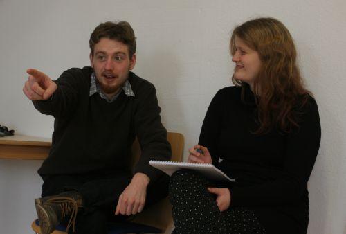 Ein junger Mann und eine junge Frau entwickeln zusammen eine Geschichte
