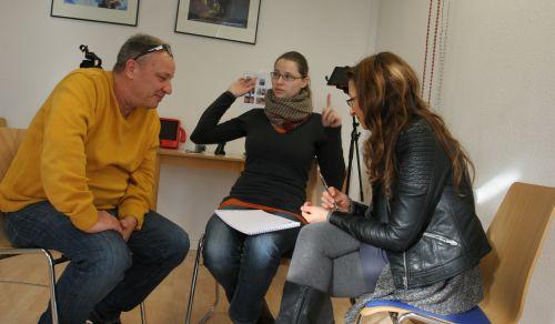 2 junge Frauen und 1 Mann entwickeln zusammen eine Geschichte