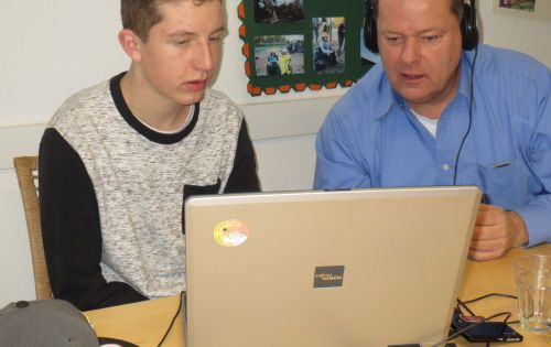 Medienpädagoge Norbert Tillmann erklärt einem Teilnehmer die Radiotechnik