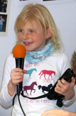 Mädchen mit Mikrofon und Aufnahmegerät