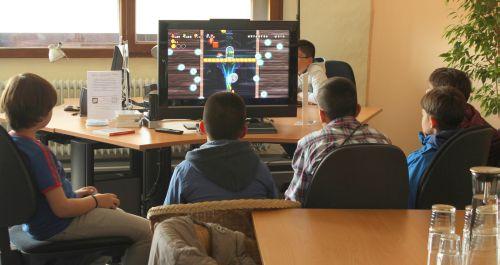 Kinder spielen gemeinsam an der Wii