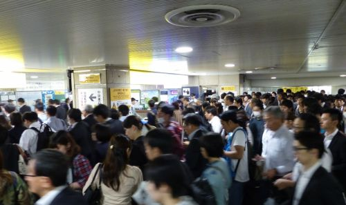 Viele Japaner im ÖPNV