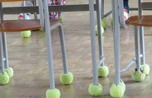 Tennisbälle unter Stuhlbeinen