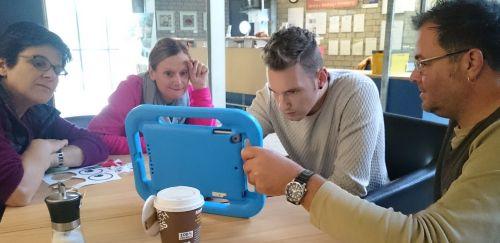 Teilnehmende arbeiten mit dem Tablet
