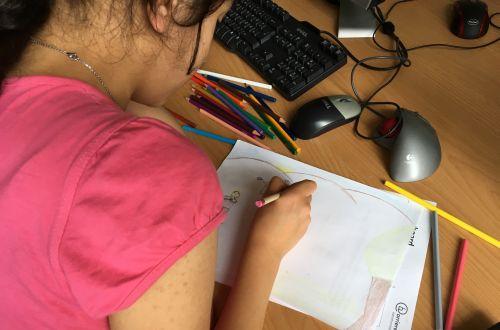 Mädchen zeichnet
