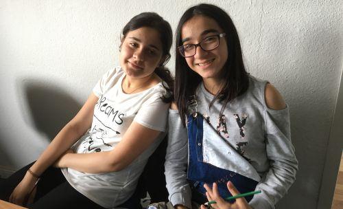 Zwei Mädchen, lächelnd.