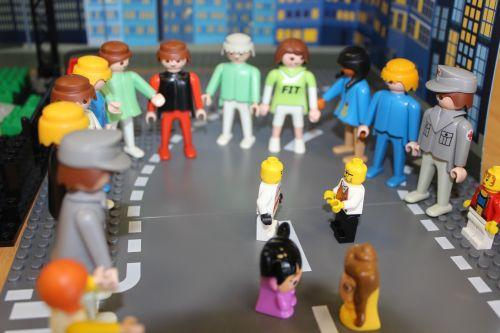 Comic- und Playmobilfiguren tanzen auf der Straße