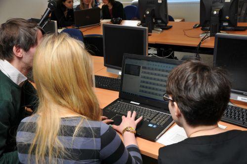 2 Frauen und 1 Mann vor Laptop mit einem Filmschnittprogramm