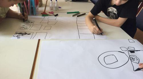 Jugendliche malen ein Storyboard