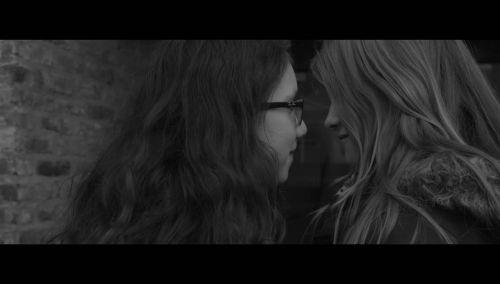 Screenshot des Films: 2 Mädchen im Profi schauen sich innig die Augen