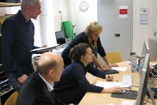 Teilnehmende des Fortbildungstags arbeiten am Computer