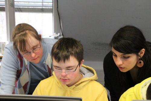 Carina Kühne zeigt einem Teilnehmer des Blogprojekts ihren Blog