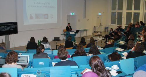 Lena Schmidt, Vortrag über UK im Hörsaal der TH Köln