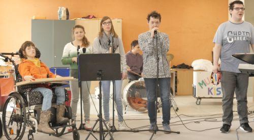 Schülerinnen und Schüler mit und ohne Behinderung auf der Bühne