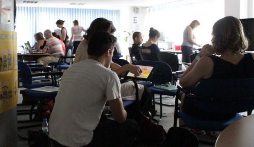 Teilnehmende des Workshops diskutieren und testen Apps