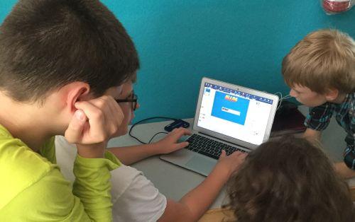 Kinder am Computer mit Comic-Programm