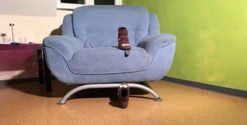 Screenshot aus dem Trickfilm Der freche Schuh: Schuhe auf dem Sofa, personalisiert mit Augenfotos, ein Schuh streckt die aufgeklebte Zunge heraus