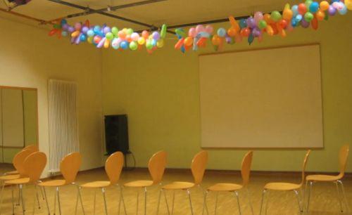 Screenshot aus einem Imagefilm über die OT Bloherfelde: Stühle hintereinander gereiht im Veranstaltungsraum, an der Decke hängen viele Luftballons