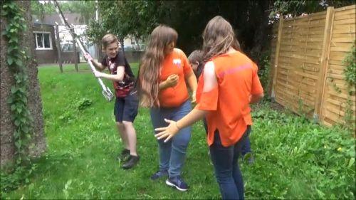 Szene aus dem Film Unser Sommer mit den Sommerwesen: Ein Dieb stiehlt den beiden Sommerwesen die silberne Schippe