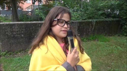 Szene aus dem Film Unser Sommer mit den Sommerwesen: Ein Mädchen spricht ins Mikrofon