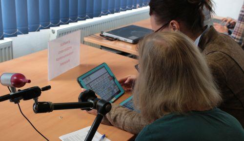 2 Frauen kommunizieren mit dem iPad und Metatalk