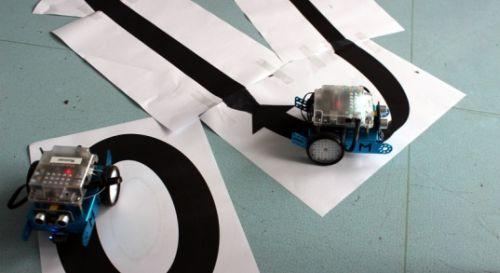 Mbot fährt auf vorgegebener schwarzer Bodenlinie